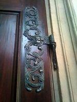 Антикварные старинные двери и двери под старину в интерьере