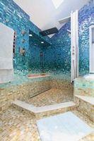 Чем лучше облицевать стены в ванной?