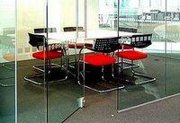 Новшества в ограждающих конструкциях: бескаркасные офисные перегородки