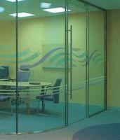 Прозрачный офис: мебель и офисные перегородки из стекла